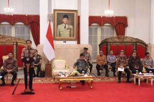 Presiden Jokowi memberikan pengantar pada Rakor dengan Gubernur seluruh Indonesia, Kamis (20/10), di Istana Negara, Jakarta. (Foto: Humas/Jay)