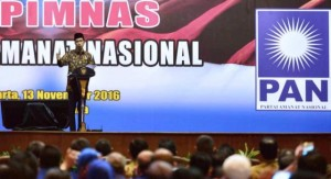 Presiden Jokowi saat hadir dalam acara Silaturahim Peserta Rapimnas PAN, di Hotel Bidakara, Jakarta, Minggu (13/11) siang. (Foto: BPMI/Setpres)