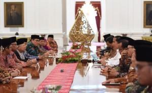 Silaturahmi Presiden dengan pimpinan MUI, Pengurus Besar NU , dan Pengurus Pusat Muhammadiyah, di Istana Merdeka, Jakarta, Selasa (1/11) siang. (Foto: Humas/Jay)