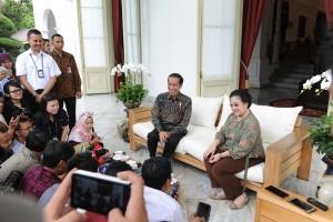 Presiden Jokowi menerima kunjungan Presiden ke-5 RI Megawati, di Istana Merdeka, Jakarta, Senin (21/11). (Foto: Humas/Jay)
