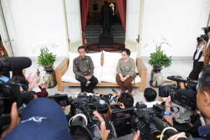 Suasana konferensi pers Presiden Jokowi dan Presiden ke-5 Megawati, di teras Istana Merdeka, Senin (21/11). (Foto: Humas/Jay)