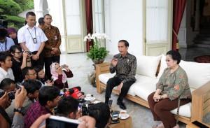 Presiden Jokowi dan Presiden ke-5 Megawati duduk bersama di teras Istana Merdeka, Senin (21/11). (Foto: Humas/Jay)