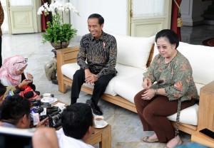 Presiden Jokowi dan Presiden ke-5 Megawati berbincang bersama wartawan, Senin (21/11). (Foto: Humas/Jay)