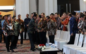 President Jokowi is shaking hands with Akbar Tanjung at the Opening of the 25th National Deliberation of REI, at Grand Ballroom Fairmont Hotel, Jakarta (29/11) (Picture: Public Relations Office/Jay)