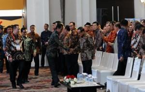 Presiden Jokowi berjabat tangan dengan Akbar Tanjung di acara pembukaan Munas REI XV Tahun 2016, di Grand Ballroom Hotel Fairmont, Jakarta (29/11). (Foto: Humas/Jay)