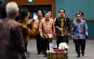 President Jokowi, accompanied by OJK Head and Governor of Bank Indonesia, enters the room where the commemoration of the World Savings Day is held at the JCC, Jakarta, Monday (31/10). (Photo by: Public Relations Division/Jay)