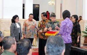 Presiden Jokowi menyerahkan Apresiasi BLU kepada Menkes dan Menag, di Istana Negara, Jakarta, Selasa (22/11) pagi. (Foto: JAY/Humas)