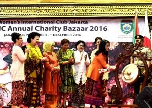 Ibu Negara Iriana Joko Widodo memukul gong tanda dimulainya Pembukaan Bazaar Amal ke-49 WIC, di Jakarta Convention Center (JCC), Jakarta, Rabu (30/11).