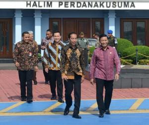 Presiden Jokowi didampingi Menko Polhukam Wiranto meninggalkan Bandara Halim Perdanakusuma, Jakarta, untuk berkunjung ke Bandung, Selasa (15/11) pagi