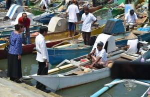 Presiden berdialog dengan nelayan di Pelabuhan Perikanan Untia, Makassar, Sulawesi Selatan, Sabtu (26/11). (Foto: Humas/Jay)