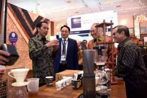 Presiden Jokowi didampingi Mendag dan Seskab mencoba produk sebuah waralaba usai membuka Pameran Waralaba dan UKM Indonesia 2016, di JCC, Jakarta, Jumat (25/11) pagi. (Foto: OJI/Humas)