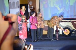 Menteri Desa, PDT, dan Transmigrasi didampingi Gubernur Jabar, dan Dirjen IKP memukul gong tanda pembukaan Temu Bakohumas 2016, di Bandung, Jabar, Kamis (17/11) pagi. (Foto: Humas/Deni)