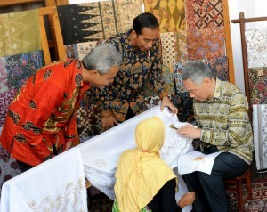 President Jokowi is watching PM Lee drawing batik in his work visit to Central Java on Monday (14/11). (Picture by:PR/Rahmat)