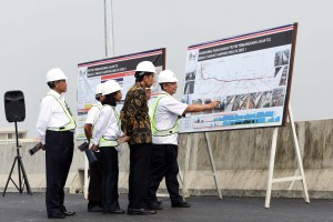 Presiden Jokowi saat meninjau pembangunan Tol Bekasi-Cawang-Kampung Melayu (Becakayu) Seksi 1, di Jalan Inspeksi Kalimalang, Jakarta Timur, Senin (7/11) pagi. (Foto: Humas/Jay)