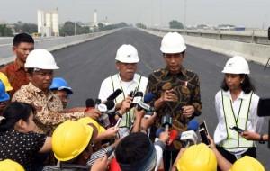 Presiden Jokowi diwawancara wartawan usai meninjau tol Becakayu Seksi 1, Senin (7/11). (Foto: Humas/Jay)