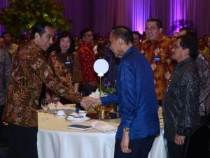 Presiden Jokowi menyalami peserta Pertemuan Tahunan Bank Indonesia 2016, di Jakarta Convention Center, Jakarta, Selasa (22/11) malam. (Foto: Kris/Setpres)