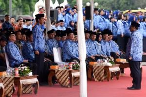 Presiden Jokowi menerima laporan terkait pelaksanaan Upacara HUT ke-45 KORPRI, di Silang Monas, Jakarta, Selasa (29/11) pagi. (Foto: Rahmat/Humas)