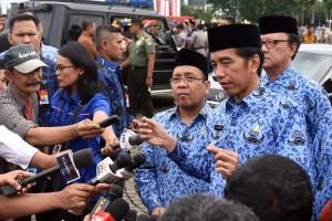 Presiden Jokowi menjawab wartawan usai menjadi Irup pada Upacara Peringatan HUT ke-45 KORPRI, di Silang Monas, Jakarta, Selasa (29/11) pagi. (Foto: Rahmat/Humas)