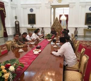 Presiden Jokowi pimpin rapat koordinasi bahas kondisi terkini di Istana Merdeka, Jakarta (4/11). (Foto: BPMI/Setpres)