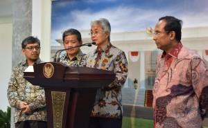 Ketua Umum IKA ITS Dwi Soetjipto (Dirut Pertamina) memberi pernyataan kepada para jurnalis, Selasa (1/11) siang. (Foto: Humas/Jay)