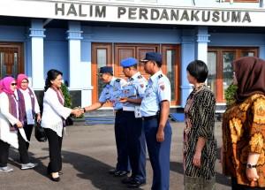 Ibu Negara Iriana Joko Widodo sebelum bertolak meninggalkan Lanud Halim Perdanakusuma, Jakarta, menuju Deli Serdang, Sumut, Rabu (2/11) pagi