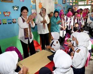 Ibu Negara Iriana Joko Widodo dan rombongan bernyanyi bersama siswa-siswa sebuah PAUD, di Kab. Deli Serdang, Sumut, Rabu (2/11) pagi