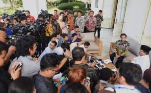 Seusai melakukan veranda talk, Presiden Jokowi dan Prabowo Subianto menjawab pertanyaan wartawan secara bergantian di Beranda Istana Merdeka, Jakarta, Kamis (17/11). (Foto: Humas/Rahmat)