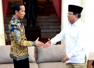Presiden Jokowi dan Prabowo Subianto melakukan pembicaraan di Beranda Istana Merdeka (Veranda Talk) Kamis (17/11). (Foto: Humas/Deni)