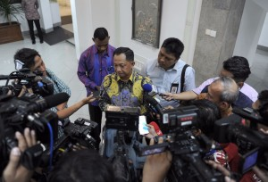 Kapolri menjawab pertanyaan wartawan usai diterima Presiden Jokowi di Kantor Presiden, Jakarta, Sabtu (5/11) malam.(Foto: BPMI/Setpres)