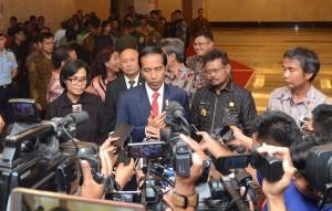 Presiden Jokowi menjawab wartawan usai mengadiri sosialisasi program tax amnesty, di Hotel Clarion, Makassar, Sulawesi Selatan, Jumat (25/11) malam. (Foto: Humas/Jay)