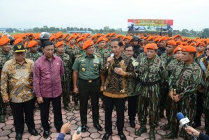 Presiden Jokowi menjawab wartawan usai berkunjung ke Mako Korps Pasukan Khas TNI AU, di Lanud Sulaiman, Bandung, Selasa (15/11) pagi. (Foto: JAY/Humas)