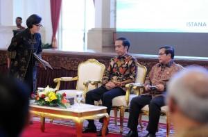 Menkeu Sri Mulyani Indrawati memberi hormat kepada Presiden Jokowi sebelum menyampaikan laporan pada Rakor BLU, di Istana Negara, Senin (22/11) pagi. (Foto: JAY/Humas)