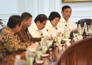 Menko Kemaritiman Luhun B. Pandjaitan dan menteri lainnya mengikuti rapat terbatas tentang Perkembangan Pembangunan Proyek Listrik 35.000 MW, di Kantor Presiden, Jakarta, Selasa (1/11) sore. (Foto: Rahmat/Humas)