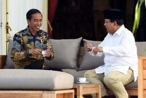 Presiden Jokowi menerima Prabowo Subianto di Beranda Istana Merdeka, Kamis (17/11). (Foto: Humas/Rahmat)