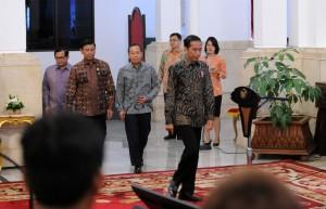 Presiden Jokowi didampingi Gubernur Lemhanas, Menko Polhukam, dan Seskab, memasuki Istana Negara untuk menerima kunjungan peserta PPRA Lemhanas, di Jakarta, Rabu (2/11) siang