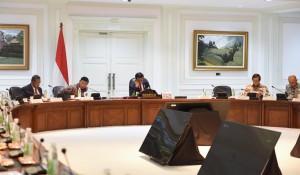 Suasana Rapat Terbatas tentang Pemanfaatan Aset BUMN untuk Pembangunan Infrastruktur dan Pengembangan Kawasan Walini, Rabu (23/11). (Foto: Humas/Deni)