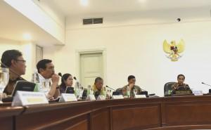 Presiden Joko Widodo memimpin rapat terbatas tentang Aksi Pencegahan dan Pemberantasan Korupsi, di Kantor Presiden, Jakarta, Selasa (22/11) siang. (Foto: Rahmat/Humas)
