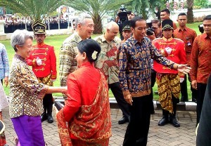 President Jokowi and First Lady Ibu Iriana Joko Widodo welcome Prime Minister Lee HsienLoong and his wife Ms Ho Ching in Semarang, Central Java, Monday (14/11).