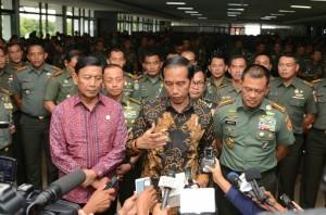 Presiden Jokowi menjawab wartawan usai memberikan pengarahan di hadapan apel Danrem dan Dandim se Indonesia, di Secapa, Bandung, Selasa (15/11) siang. (Foto: JAY/Humas)