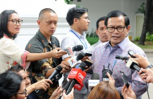 Seskab Pramono Anung menjawab wartawan usai mendampingi Presiden Joko Widodo menerima peserta PPRA LIV dan LV Lemhanas, di Istana Negara, Jakarta, Rabu (2/11) siang. (Foto: JAY/Humas)