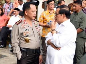 Seskab berbincang dengan Kapolri dalam sebuah acara di Jakarta (Foto: Humas/Rahmat)