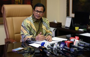 Seskab Pramono Anung menjawab wartawan, di ruang kerjanya Lantai 2 Gedung III Kemensetneg, Jakarta, Senin (14/11) siang. (Foto: JAY/Humas)