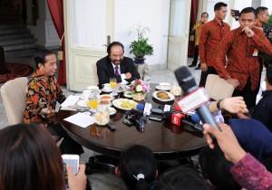 Presiden Jokowi didampingi Ketua Umum Partai Nasdem Surya Paloh menjawab wartawan, di teras Istana Merdeka, Jakarta, Selasa (22/11) pagi. (Foto: JAY/Humas)
