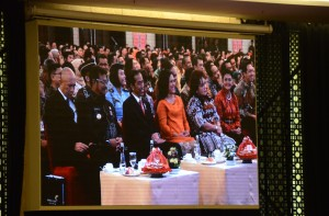 Presiden Jokowi didampingi Ibu Negara Iriana saat menghadiri acara sosialisasi program tax amnesty, di Hotel Clarion, Makasar, Sulsel, Jumat (25/11) malam. (Foto: Humas/Jay)
