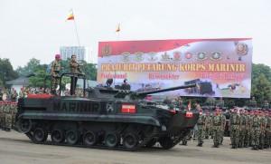 Presiden Jokowi berada di atas tank untuk memeriksa