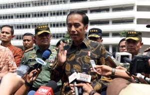 Presiden Jokowi menjawab pertanyaan wartawan usai apel prajurit di Mabes TNI AD, Senin (7/11) siang. (Foto: Humas/Jay)