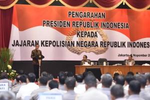 Presiden Jokowi memberikan pengarahan kepada jajaran Polri di PTIK, Selasa (8/11) pagi. (Foto: Humas/Oji)