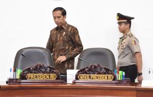 Presiden Joko Widodo tiba di ruang Rapat Terbatas, Kantor Presiden, Selasa (8/11). (Foto: Humas/Jay)