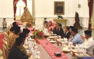 Presiden Jokowi dan Wapres Jusuf Kalla menerima pimpinan organisasi massa Islam, di Istana Merdeka, Rabu (9/11) sore. (Foto: Humas/Jay)