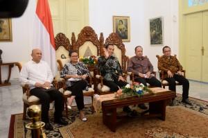 Presiden Jokowi menyapa WNI yang ada di Sydney Australia melalui video conference dari Istana Kepresidenan Bogor, Minggu (6/11) siang. (Foto: Humas/Oji)